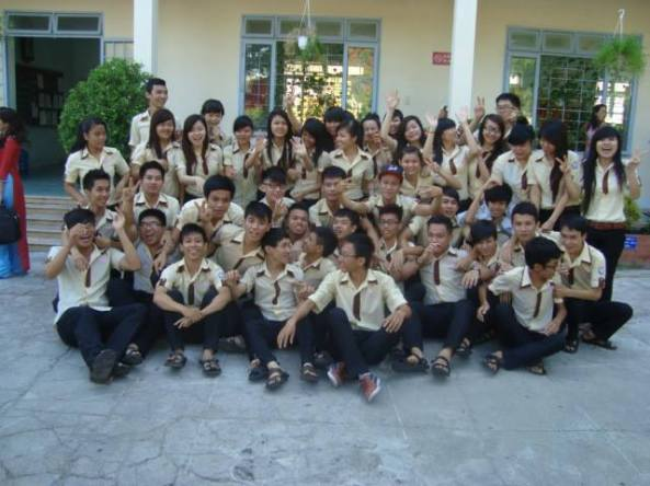 học sinh khối 12 THPT Nguyễn Thiện Thuật Nha Trang  trong lễ ra trường 2013